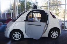 L'équipe travaillant sur le projet de voiture autonome de Google se renforce et compte désormais 170 employés. Parmi eux, une quarantaine affichent une expérience précédente dans l'industrie automobile. /Photo d'archives/REUTERS/Stephen Lam