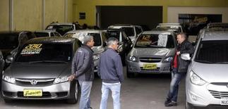 Unos clientes en una concesionaria de automóviles en Sao Paulo, ago 29, 2014. La producción de automóviles en Brasil se desplomó un 12,5 por ciento y las ventas cayeron un 5,5 por ciento en febrero respecto a enero, reportó el viernes la asociación nacional de automotrices.  REUTERS/Paulo Whitaker
