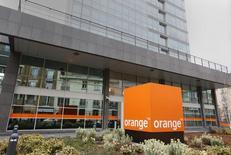 La compañía francesa de telefonía Orange llegó a un preacuerdo con el sindicato Comisiones Obreras para ejecutar un expediente de regulación de empleo (ERE) en España que afectará a 496 empleados, según un documento del sindicato al que Reuters tuvo acceso el viernes. En la imagen, el logotipo de la operadora de telecomunicaciones francesa Orange delante de la sede de la compañía en París, Francia, el 22 de febrero de 2016. REUTERS/Jacky Naegelen