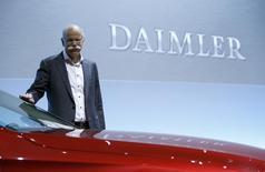 Selon le président du directoire de Daimler, Dieter Zetsche, le consortium de constructeurs automobiles allemands qui contrôlent le spécialiste de la navigation numérique HERE est en discussions avec plusieurs partenaires potentiels. HERE, racheté au finlandais Nokia pour 2,5 milliards d'euros, doit notamment servir aux projets dans le domaine de la voiture autonome. /Photo prise le 4 février 2016/REUTERS/Michaela Rehle