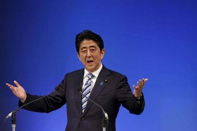 3月7日、安倍晋三首相は午後の参院予算委員会で、消費増税が予定されている来年4月が近づいた時期にも増税凍結はあり得るかとの質問に対して「日本経済の根底が崩れ去っては意味がない、適切に対応する」と述べた。写真は都内で昨年11月撮影(2016年 ロイター/Toru Hanai)