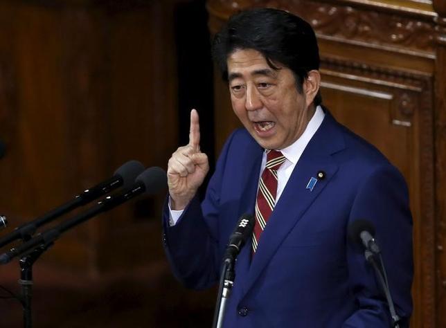 3月7日、ムーディーズ・インベスターズ・サービスは、日本のソブリン格付けを判断するうえで重要な要素である経済成長に関し、ダウンサイドのリスクがあるとの見方を示した。写真は安倍首相、1月撮影(2016年 ロイター/Toru Hanai)