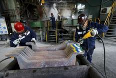 Empleados trabajan en planta de cobre al norte de la capital chilena, Dec 15, 2015. La actividad económica de Chile anotó una leve alza del 0,3 por ciento en enero, la menor variación mensual desde inicios del 2010, apoyada por el sector servicios pero contrarrestada por una fuerte caída de la minería y manufacturas. REUTERS/Ivan Alvarado
