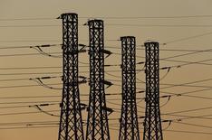 La deuda del sistema eléctrico español se situó en 25.056 millones de euros al cierre de 2015, un 7 por ciento o 1.890 millones menos que en 2014, según un análisis divulgado el lunes por la Comisión Nacional de Mercados y Competencia.  En la imagen, torres eléctricas en Sevilla, 3 de marzo de 2016. REUTERS/Marcelo del Pozo