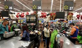 Unos clientes pagando en las cajas de un supermercado de la cadena WalMart en Ciudad de México, nov 17, 2011. La confianza de los consumidores de México anotó en febrero su mayor caída en siete meses debido a un descenso de todos sus componentes, en una señal de que la desaceleración que vive la segunda economía de América Latina empieza a afectar la demanda interna.   REUTERS/Henry Romero