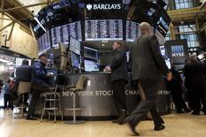 Las acciones bajaban el lunes en la apertura de la Bolsa de Nueva York, después de que el índice S&P 500 y el promedio industrial Dow Jones registraran la semana pasada su primera racha ganadora de cuatro días en cerca de cinco meses. En la imagen, trabajadores en NYSE el 23 de febrero de 2016.  REUTERS/Brendan McDermid