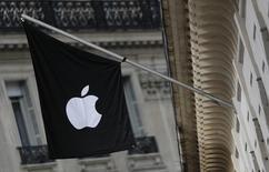 El Tribunal Supremo de Estados Unidos declinó escuchar el lunes los argumentos de Apple Inc contra la decisión de un tribunal de apelaciones que aseguró que conspiró con cinco editoriales para subir el precio de los libros electrónicos, lo que significa que tendrá que pagar 450 millones de dólares como parte de un acuerdo. En la imagen, un logo de apple en una de sus tiendas en París, el 3 de marzo de 2016. REUTERS/Christian Hartmann