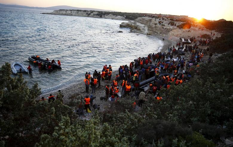 Refugees gather at a beach to try to sail to Greece from the western Turkish coastal town of Cesme, in Izmir province, Turkey, in this November 4, 2015 file photo.   REUTERS/Umit Bektas/Files