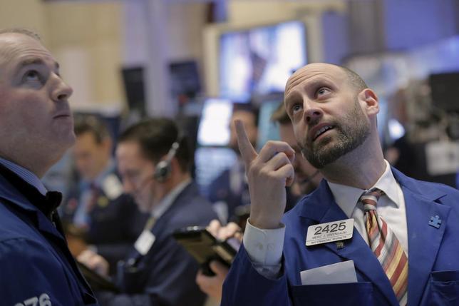 3月7日、米株市場は上昇、S&P500は2000台を回復した。原油高でエネルギー株が買われた。ニューヨーク証取で4日撮影(2016年 ロイター/Brendan McDermid)