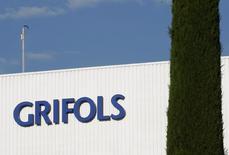 La fabricante de hemoderivados Grifols dijo el martes que invertirá 360 millones de dólares (327 millones de euros) en su principal división de Biosciencie en los próximos cinco años. En esta imagen de archivo, el logotipo de Grifols en un laboratorio en Parets del Valles cerca de Barcelona, España, el 8 de junio de 2010. REUTERS/Gustau Nacarino