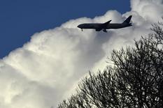 Avião de passageiros se aproxima do aeroporto de Heathrow, em Londres 04/03/2016 REUTERS/Toby Melville