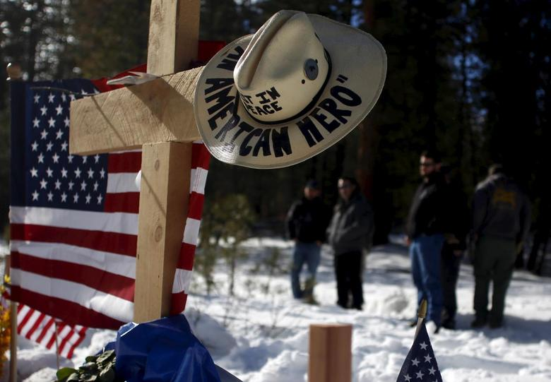 Members of the Pacific Patriots Network visit a memorial for Robert 'LaVoy' Finicum where he was shot and killed by law enforcement on a highway north of Burns, Oregon January 31, 2016. REUTERS/Jim Urquhart