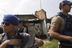 Policiais fazem segurança na Vila Autódromo, no Rio de Janeiro.  8/3/2016. REUTERS/Ricardo Moraes