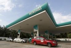 Taxis refuel at a Petronas petrol station outside Kuala Lumpur, Malaysia, March 1, 2016.  REUTERS/Olivia Harris