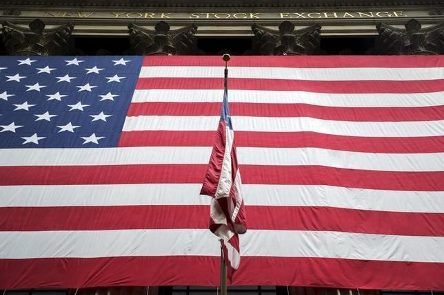3月8日、今月21─22日に予定されているオバマ大統領のキューバ訪問を前に、米議会関係者は8日、米政府は対キューバ渡航・貿易制裁の追加緩和策を17日に発表すると明らかにした。写真は米国旗。ニューヨークで昨年9月撮影(2016年 ロイター/Lucas Jackson)