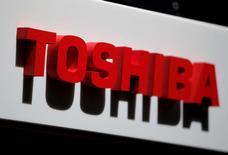 El logo de Toshiba Corp en la sede de la compañía, en Tokio. 17 de mayo de 2012. Toshiba Corp otorgó a Canon Inc derechos exclusivos de negociación por su unidad de equipo médico luego de una subasta muy disputada, en la que la oferta de Canon habría superado los 700.000 millones de yenes (6.200 millones de dólares), según un reporte. REUTERS/Yuriko Nakao/Files