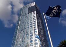 La casa matriz de YPF en Buenos Aires, abr 17, 2012. El Gobierno argentino pidió al presidente de la petrolera YPF, que es controlada por el Estado, que renuncie el próximo mes para dar inicio a cambios en la estructura de la compañía, reportó el miércoles la agencia oficial de noticias Télam.    REUTERS/Marcos Brindicci