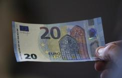 Un billete de 20 euros, mostrado en el banco nacional de Austria, en Viena. 24 de febrero de 2015. El euro tocó mínimos de una semana contra el yen y cayó por debajo de 1,10 dólares el miércoles, antes de una reunión del Banco Central Europeo en la que la entidad reduciría aún más las tasas de interés y ofrecería nuevas medidas de estímulo monetario. REUTERS/Leonhard Foeger