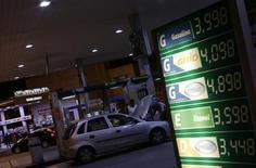 Gasoline prices are displayed at a Brazilian Oil Company Petrobras gas station in Rio de Janeiro, Brazil, February 5, 2016. El ministro interino de Petróleo de Kuwait dijo el miércoles que espera que los precios del crudo alcancen entre 40 y 60 dólares por barril en los próximos tres años.   REUTERS/Ricardo Moraes