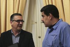 El presidente de Venezuela, Nicolás Maduro (derecha), habla con el ministro y vicepresidente de Economía, Miguel Pérez Abad, en Caracas. 15 de febrero de 2016. REUTERS/Miraflores Palace/Handout via Reuters    ATENCIÓN EDITORES - SÓLO DISPONIBLE PARA USO EDITORIAL, NO DISPONIBLE PARA CAMPAÑAS DE MÁRKETING NI PUBLICIDAD. ESTA IMAGEN FUE PROVISTA POR UNA TERCERA PARTE. ESTA IMAGEN ES DISTRIBUIDA EXACTAMENTE COMO FUE RECIBIDA POR REUTERS COMO UN SERVICIO PARA NUESTROS CLIENTES