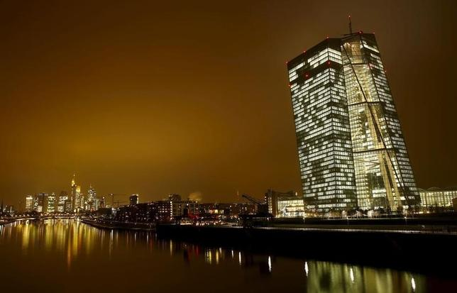 3月10日、欧州中央銀行(ECB)は理事会で中銀預金金利のマイナス幅拡大や資産買い入れ(QE=量的緩和)増額などの追加緩和に踏み切ると予想されている。写真はフランクフルトのECB本部。1月撮影(2016年 ロイター/Kai Pfaffenbach)