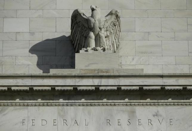 3月9日、世界の金融市場は、年明け早々に起きた大きな混乱から立ち直ってきたかもしれない。ただ市場の世界経済や物価に関する見通しは極めて厳しく、先進国ではゼロ近辺の金利水準があと10年は続くと想定されているほどだ。写真はワシントンのFRBビルで2014年10月撮影(2016年 ロイター/Gary Cameron)