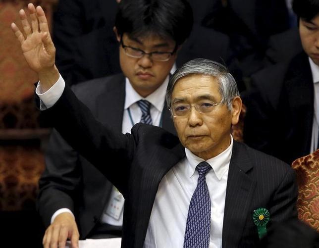 3月10日、日銀の黒田東彦総裁(写真中央)は午前の参院財政金融委員会に出席し、今後追加緩和が必要と判断する場合は「量、質、金利からもっとも適切な組み合わせ」で実施すると答えた。都内で1月撮影(2016年 ロイター/Toru Hanai)