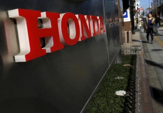 3月10日、ホンダは、水素で走る5人乗り燃料電池車(FCV)「クラリティ・フューエル・セル」を発売した。当面はリースでの販売で、まずは自治体や企業向け、早ければ1年後にも一般向けに売り出す予定。初年度の国内販売目標は200台。年内中に欧米でも販売する。水素満タン時の走行距離は約750キロを達成した。写真は都内で1月撮影(2016年 ロイター/Yuya Shino)