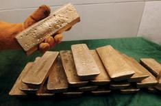 Слитки золота на заводе Полюс Золота в Красноярском крае 30 июня 2015 года. Крупнейший в России производитель золота Полюс Золото снизил чистую прибыль во втором полугодии на 8 процентов по сравнению с первой половиной года до $536 миллионов, сообщила компания в четверг. REUTERS/Ilya Naymushin