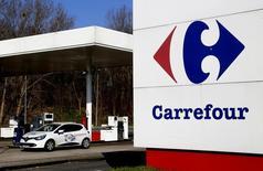 Carrefour, la segunda cadena minorista más grande del mundo, dijo el jueves que impulsará las inversiones para renovar y abrir tiendas este año, en un momento en el que busca consolidar su recuperación. En la imagen, una gasolinera de un hipermercado de Carrefour en La Courneuve, Francia, el 29 de febrero de 2016. REUTERS/Jacky Naegelen