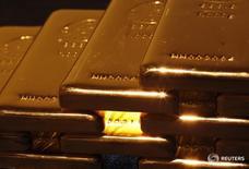 Слитки золота в магазине Ginza Tanaka в Токио 18 апреля 2013 года. Цены на золото снижаются третий день подряд за счет подъема на фондовых рынках Азии и укрепления доллара накануне объявления итогов совещания Европейского центробанка. REUTERS/Yuya Shino