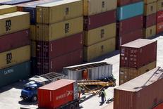 """Contenedores cargados con granos para la exportación, vistos en el puerto de Rosario, Argentina. 10 de septiembre de 2015. La economía argentina estaba """"en clara recesión"""" hacia fines del año pasado, con una contracción de 3,5 por ciento del producto interno bruto (PIB) en el cuarto trimestre, dijo el jefe de Gabinete Marcos Peña en un programa de televisión el miércoles por la noche. REUTERS/Enrique Marcarian"""