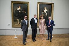 (L-R) President-Director of the Louvre Jean-Luc Martinez, King Willem Alexander and Queen Maxima of the Netherlands and General Director of the Rijksmuseum Wim Pijbes pose in front of the two Rembrandt paintings, Portrait of Marten Soolmans and Portrait of Oopjen Coppit, during a visit at the Louvre Museum in Paris, France, as part of their State visit to France March 10, 2016.  REUTERS/Etienne Laurent/Pool