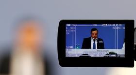 El Banco Central Europeo desveló el jueves una revisión a la baja de sus proyecciones de inflación y crecimiento para la eurozona tras anunciar un nuevo recorte de tipos de interés y una ampliación de la compra de activos para impulsar la economía. En la imagen, el presidente del BCE, Mario Draghi, en una pantalla de una cámara de TV mientras ofrece una rueda de prensa en Fráncfort, el 10 de marzo de 2016. REUTERS/Kai Pfaffenbach