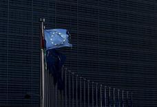 Флаги ЕС у здания Еврокомиссии в Брюсселе. 12 января 2016 года. Правительства стран Европейского союза в четверг приняли решение продлить санкции против российских и украинских граждан и организаций, введенные в связи с конфликтом на востоке Украины, оставив в силе замораживание активов и запрет на поездки в ЕС до середины сентября. REUTERS/Francois Lenoir