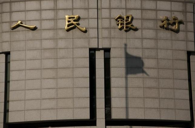 3月10日、元人民銀幹部が、市場の不安定な動きは経済や改革に脅威と指摘した。写真は北京の人民銀で1月撮影(2016年 ロイター/Kim Kyung-Hoon)