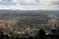 Imagen de archivo de la ciudad de Bogotá, ago 18, 2011. El reciente recorte de gastos anunciado por el Gobierno de Colombia sería insuficiente para que el país cumpla con sus metas fiscales del 2016, por lo que necesitaría hacer más ajustes a su presupuesto para evitar que se deteriore su imagen entre los inversores y las agencias calificadoras de riesgo.   REUTERS/Fredy Builes