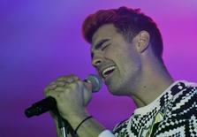 Joe Jonas canta com a banda DNCE em Londres. 8/3/2016.   REUTERS/Toby Melville