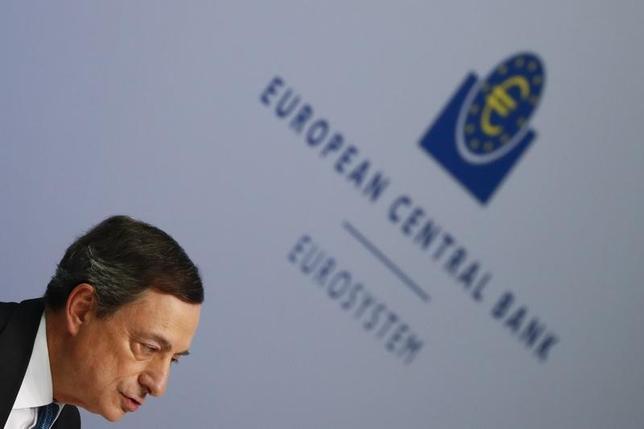 3月10日、社債を資産買い入れの対象に含めるとの欧州中央銀行(ECB)の決定は、投資家に恩恵をもたらすだろうが、市場規模の小ささや実体経済とのつながりが希薄であることを考えると、インフレに及ぼす影響は目立たないものにとどまるだろう。写真は記者会見に臨むドラギ総裁。フランクフルトで撮影(2016年 ロイター/Kai Pfaffenbach)