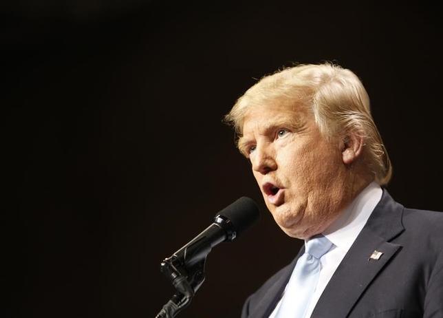 3月10日、米大統領選の共和党指名争いでトップを走る不動産王のドナルド・トランプ氏は、世界的な通貨安の動きについて、米経済にマイナスの影響を及ぼし、国内の雇用減少につながる、などとして強く批判した。写真はノースカロライナ州で9日撮影(2016年 ロイター/Jonathan Drake)