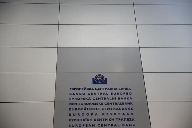 3月11日、欧州中央銀行(ECB)は10日、主要3金利の一斉引き下げや月額の資産買い入れ枠拡大を含む一連の追加緩和策を発表した。写真はECBのロゴ。フランクフルトで1月撮影(2016年 ロイター/Kai Pfaffenbach)