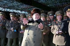 Лидер КНДР Ким Чен Ын наблюдает за танковыми состязаниями. Фотография обнародована Центральным телеграфным агентством Кореи в Пхеньяне 11 марта 2016 года, место съемки неизвестно. Ким Чен Ын понаблюдал за пуском баллистической ракеты и приказал проводить больше испытаний для усиления способности страны нанести ядерный удар, сообщило Центральное телеграфное агентство Кореи (ЦТАК) в пятницу. REUTERS/KCNA
