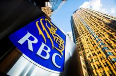 La entidad española Inversis anunció el viernes que ha comprado el negocio en España de Royal Bank of Canada Investors & Treasury Services. En esta imagen de archivo, el logo de Royal Bank of Canada (RBC) en Bay Street en el corazón del distrito financiero de Toronto, el 22 de enero de 2015.  REUTERS/Mark Blinch