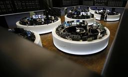 Помещение фондовой биржи во Франкфурте-на-Майне. 23 февраля 2016 года. Европейский фондовый рынок вернулся к восхождению в пятницу благодаря восстановлению цен на металлы и нефть, которое поддержало акции сырьевого сектора, а также росту бумаг банковского сектора. REUTERS/Kai Pfaffenbach