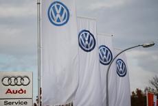 Le groupe Volkswagen a vendu 693.300 véhicules en février, un chiffre en baisse de 1,2% par rapport au même mois de l'an dernier, alors que le groupe peine encore à se remettre du scandale des émissions diesel. /Photo d'archives/REUTERS/Wolfgang Rattay