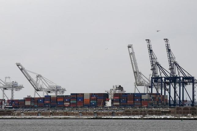 3月11日、2月の輸入物価指数は前月比0.3%下落し、8カ月連続のマイナスとなった。ニュージャージー州の港のようす。1月撮影(2016年 ロイター/Brendan McDermid)