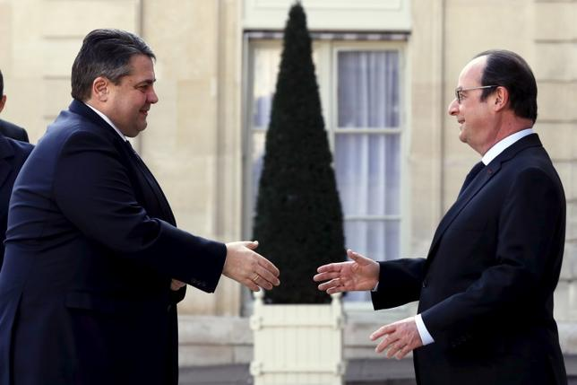 French President Francois Hollande welcomes German Economy Minister Sigmar Gabriel to a gathering of European Social Democrat leaders at the Elysee palace in Paris, France, March 12, 2016. REUTERS/Philippe Wojazer