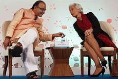 En la miagen, el ministro de Finanzas de India, Arun Jaitley, habla con la directora gerente del Fondo Monetario Internacional, Christine Lagarde, durante una conferencia celebrada en Nueva Delhi, India. 13 marzo 2016. Las políticas monetarias no convencionales de los bancos centrales en Europa y Japón recibieron la aprobación del FMI el domingo, pese a que autoridades en mercados emergentes advirtieron que están elevando los riesgos para la economía global. REUTERS/Anindito Mukherjee