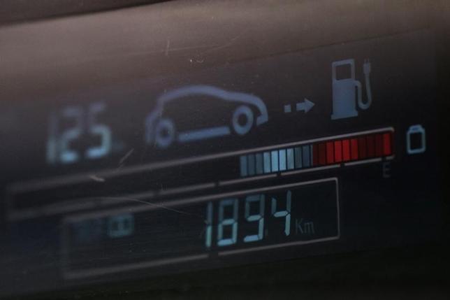 3月13日、中国の苗ウ・工業情報相は、電気自動車の国内生産・販売が今年、倍以上に増加するとの見通しを示した。写真は深セン市で2011年6月撮影(2016年 ロイター/Siu Chiu)