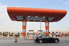 Station-service à Ryad. L'Arabie saoudite a laissé sa production pétrolière pratiquement inchangée en février, pompant 10,22 millions de barils par jour (bpj), selon une source du secteur. Ce statu quo est conforme à l'accord provisoire de gel de la production au niveau de janvier conclu avec plusieurs autres pays exportateurs. /Photo prise le 22 décembre 2015/REUTERS/Faisal Al Nasser
